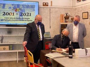 Jorge Azcón firma en el libro de honor